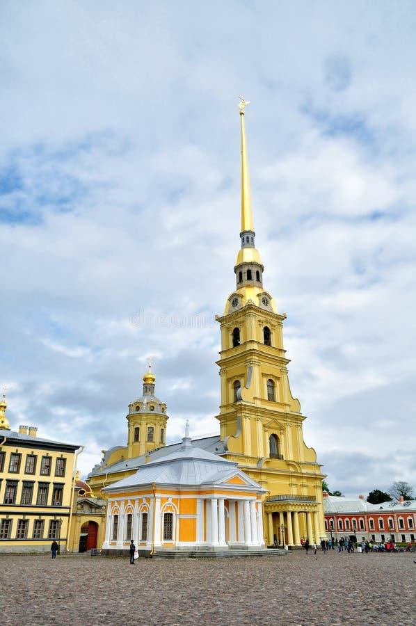 Peter en van Paul kathedraal met klokketoren en botenhuis van Peter Groot, Peter en Paul Fortress, St. Petersburg, Rusland royalty-vrije stock foto