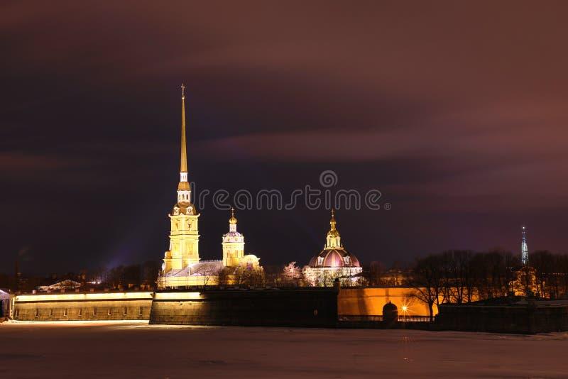 Peter et Paul Fortress de St Petersburg, Russie le soir ou pendant la nuit et la rivière de Neva couvertes de la glace et de neig image stock