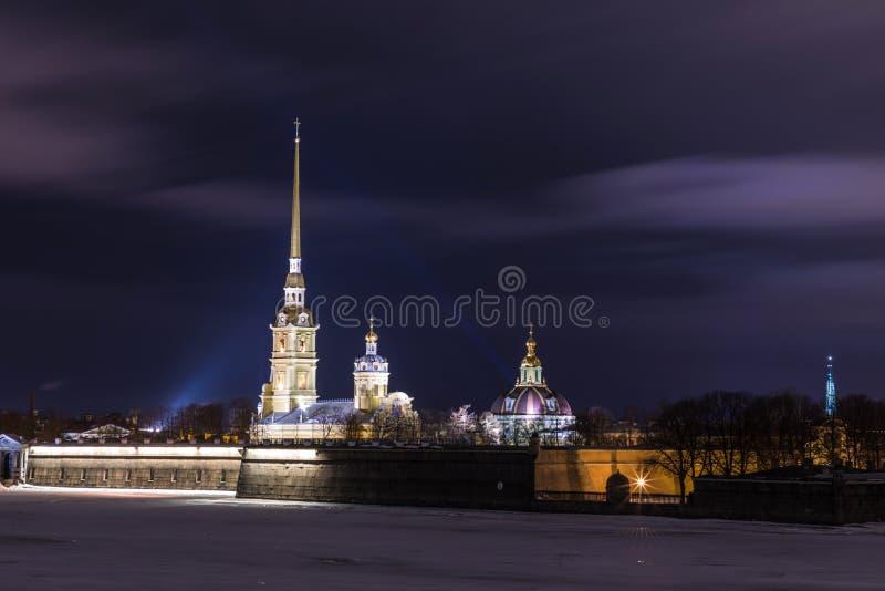 Peter et Paul Fortress de St Petersburg, Russie le soir ou pendant la nuit et la rivière de Neva couvertes de la glace et de neig photos stock