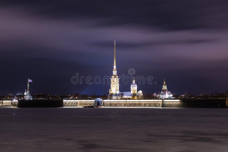 Peter et Paul Fortress de St Petersburg, Russie le soir ou pendant la nuit et la rivière de Neva couvertes de la glace et de neig photo stock