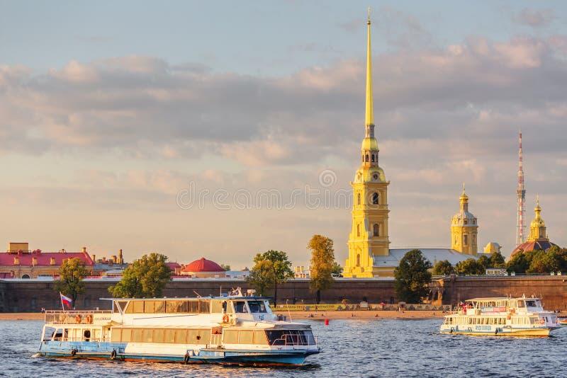 Peter et Paul Fortress et bateaux sur Neva image stock