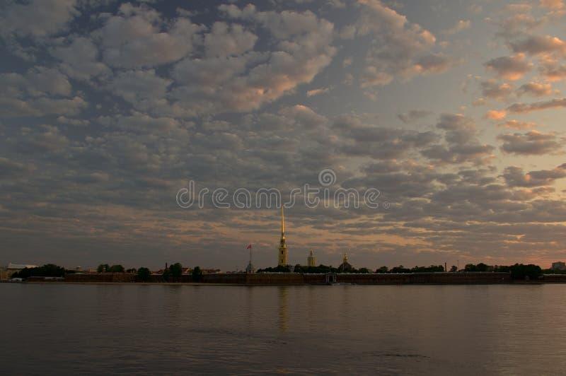 Peter et Paul Fortress et Neva River au lever de soleil, St Petersburg, Russie image stock