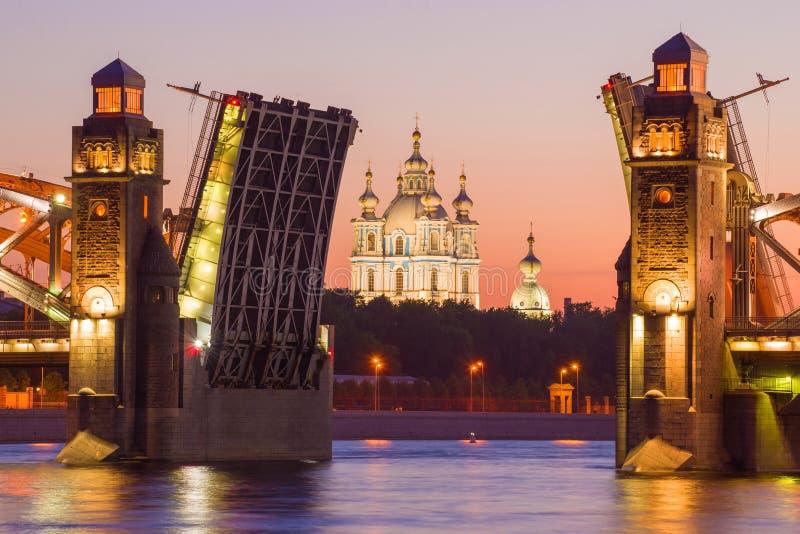 Peter a grande ponte Bolsheokhtinsky e a catedral de Smolny, noite branca St Petersburg imagens de stock royalty free