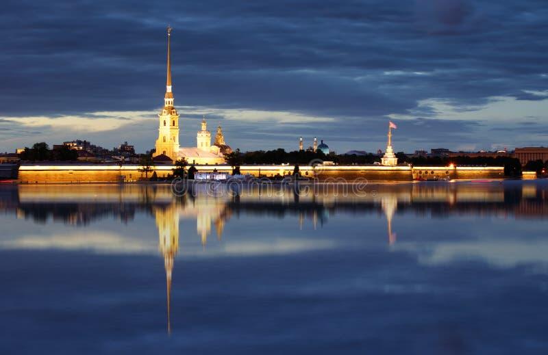 Peter i Paul forteca przy nocą, na Neva, Petersburg, Rus fotografia stock
