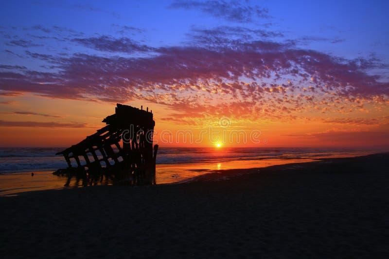 Peter Iredale Shipwreck en la puesta del sol fotos de archivo
