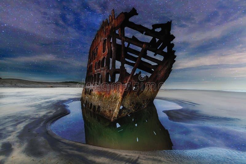 Peter Iredale Shipwreck Pod Gwiaździstym nocnym niebem wzdłuż Oregon wybrzeża zdjęcie royalty free
