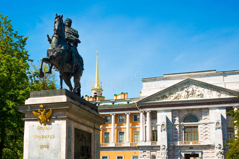 Peter o grande monumento perto do castelo de Mikhailovsky, St Petersburg, Rússia imagens de stock