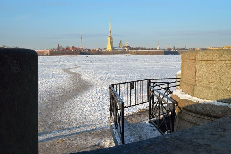 Peter och Paul fästning och en fot- bana på isen VIen royaltyfri foto