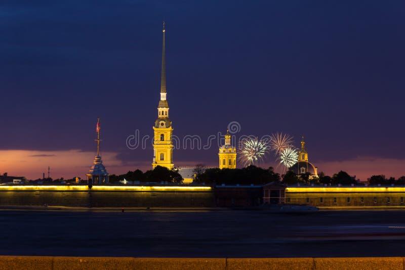 Peter och Pauls fästning på solnedgång, St Petersburg, Ryssland royaltyfri fotografi