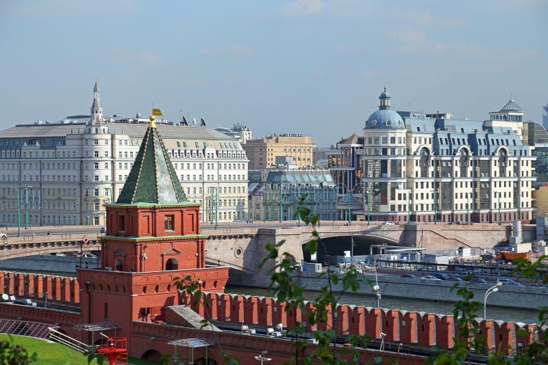 Peter toren en de muur van Moskou het Kremlin op een de zomerdag royalty-vrije stock fotografie