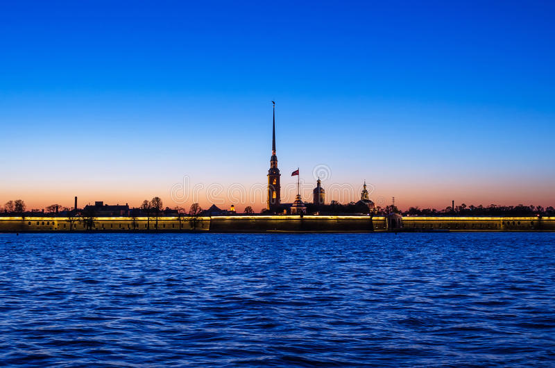 Peter- und Paul-Festung nach Sonnenuntergang stockfotografie