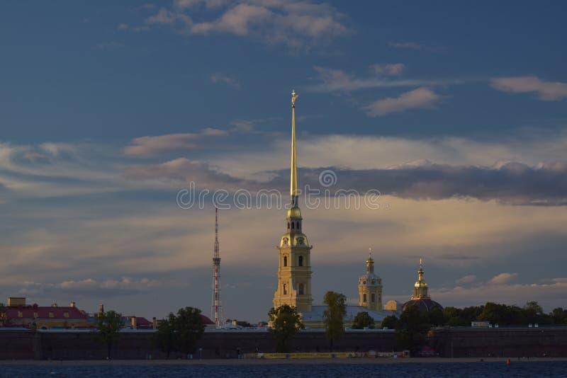 Peter-und Paul-Festung am Sonnenuntergang stockbild