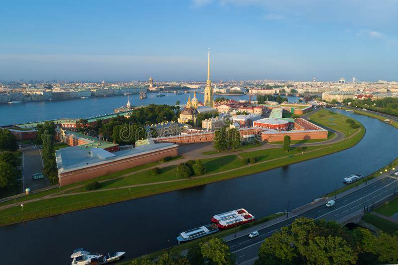 Peter und Paul Fortress auf einem sonnigen Juli-Morgenluftbildfotografie St Petersburg stockfotografie