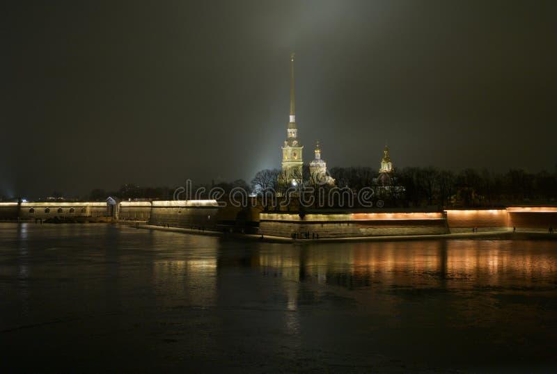 Peter y Paul Fortress y catedral en la noche foto de archivo