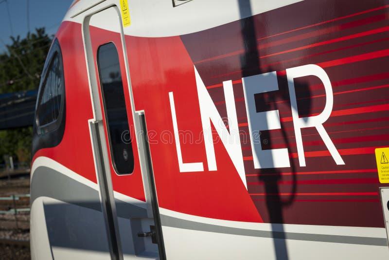 Peterborough, Cambirdgeshire, het UK, Juli 2019, a-mening van een trein van Azuma LNER bij Peterborough-Post royalty-vrije stock afbeeldingen
