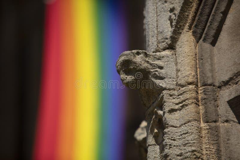 Peterborough, Cambridgeshire, UK, τον Ιούλιο του 2019, άποψη Α μιας σημαίας υπερηφάνειας που κρεμά από τον καθεδρικό ναό Peterbor στοκ φωτογραφία με δικαίωμα ελεύθερης χρήσης