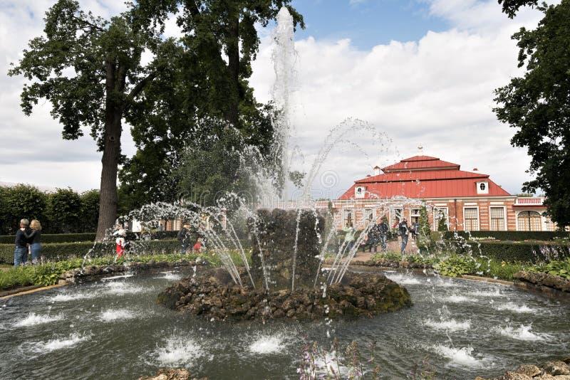 Petergof,俄罗斯,2019年7月 '捆'喷泉在蒙普莱斯尔宫殿前面的庭院里 库存图片