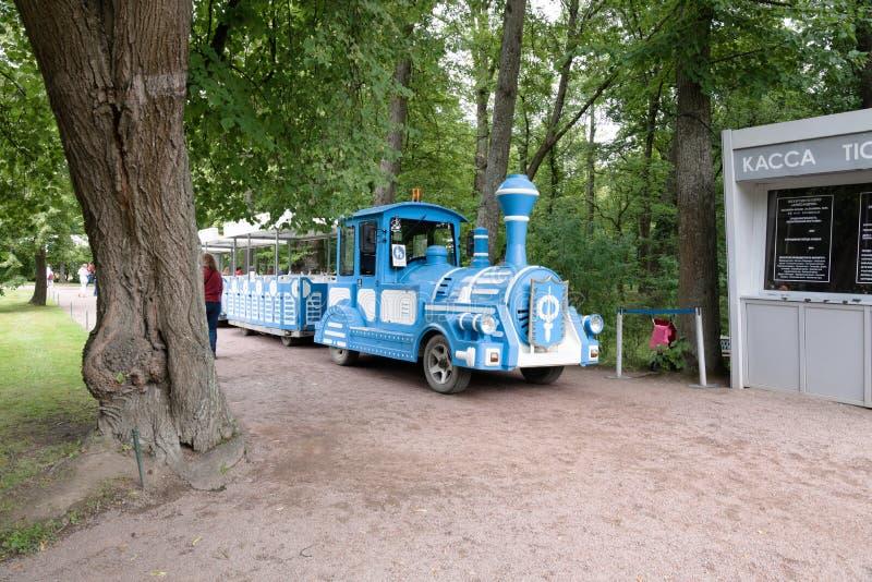 Petergof, Rússia, em julho de 2019 Trem do brinquedo para turistas de montada no parque do palácio fotos de stock