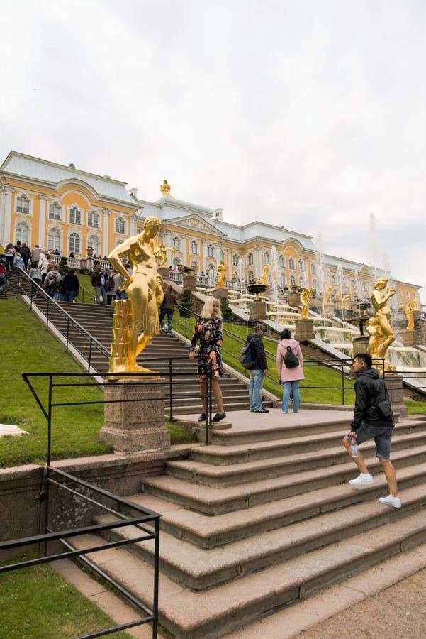 Petergof, Rússia, em julho de 2019 Vista de uma grande cascata no palácio com muitos turistas fotos de stock