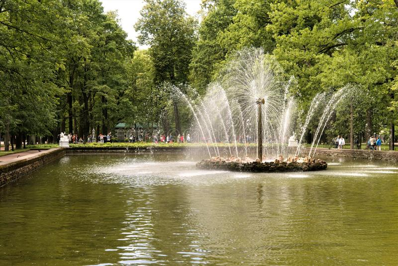 Petergof, Rosja, Lipiec 2019 Fontanna «słońce «po środku parkowego stawu zdjęcie stock