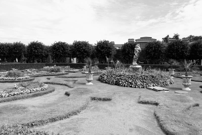 Petergof, Rusia, julio de 2019 Vista blanco y negro del diseño clásico del jardín del parque más bajo imagen de archivo