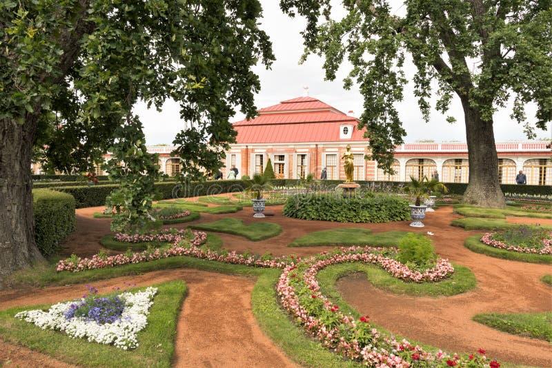 Petergof, Rusland, Juli 2019 Peter I's eigen tuin bij het Monplaisir-Paleis in het lagere park stock foto's