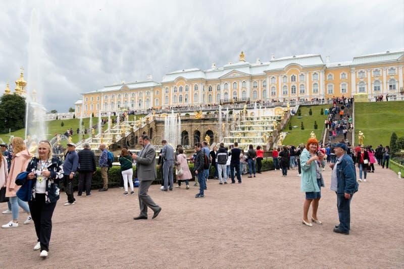 Petergof, Rusland, Juli 2019 Talrijke toeristen op de plaats tegen de achtergrond van het paleis en de fonteinen stock foto's