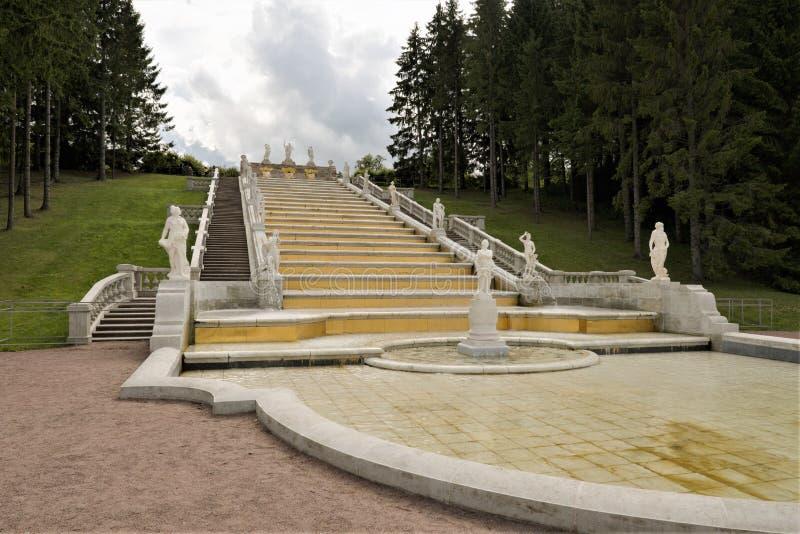 Petergof, Rusland, Juli 2019 Weergeven van de cascade van fonteinen 'Gouden Berg ' stock afbeelding