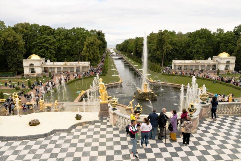 Petergof, Rusland, Juli 2019 Weergeven van de fonteinen van de Grote Cascade in het lagere park royalty-vrije stock afbeeldingen