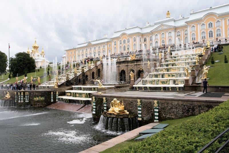 Petergof, Rusland, Juli 2019 Weergeven van het bovenste gedeelte van de Grote Cascade en het Grote Paleis royalty-vrije stock afbeeldingen