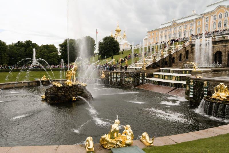 Petergof, Rusland, Juli 2019 Zijaanzicht van de fonteinen van de Grote Cascade stock foto's