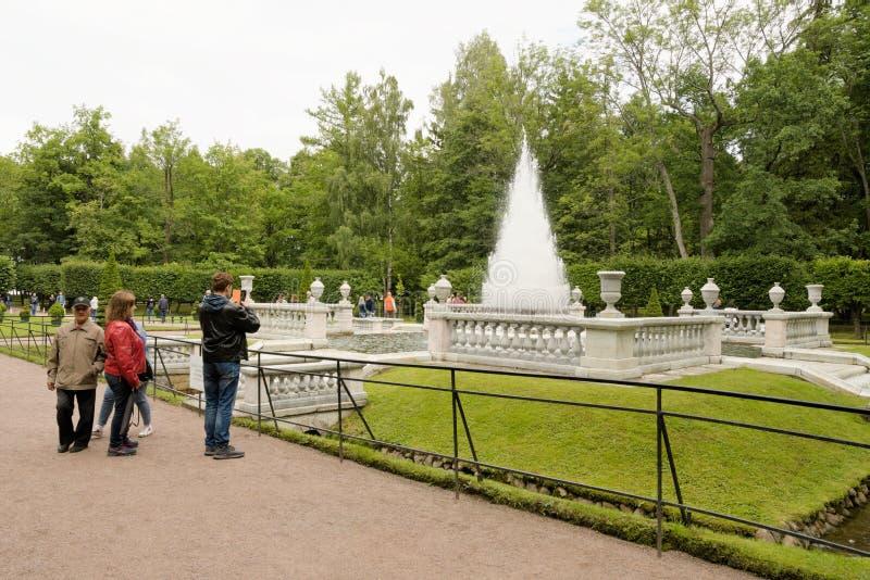 Petergof, Russland, im Juli 2019 Ansicht des Brunnens 'Pyramide 'im unteren Park stockbilder