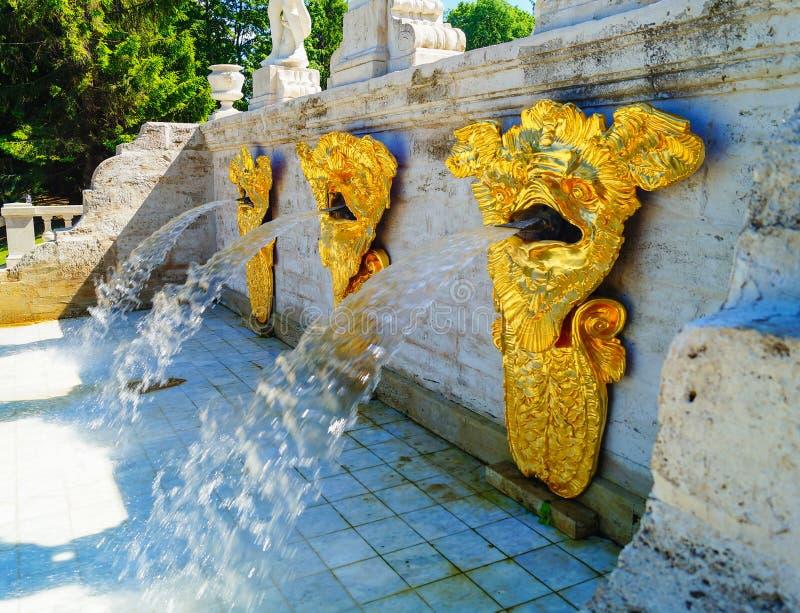 PETERGOF, RUSSLAND - 12. Juli 2017: Brunnen in Pertergof oder in Peterhof, bekannt als Petrodvorets von 1944 bis 1997 lizenzfreie stockfotografie