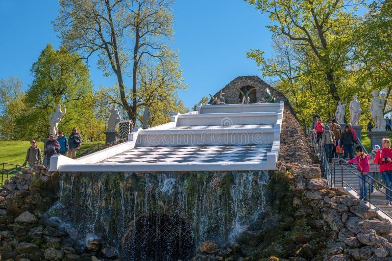 Petergof Ryssland - Juni 5, 2017: Kaskadschackberg Vänstert och högra är statyer av de forntida gudarna eps-mappen grupperas varj royaltyfria foton