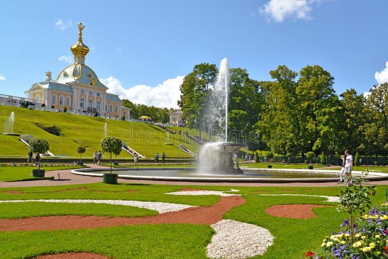 peterhof俄国 碗喷泉和博物馆专辑库房的看法 免版税库存图片