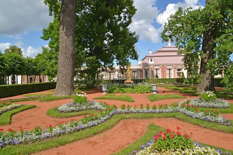 peterhof俄国 Monplezirsky加尔德角和宫殿Monplezir的看法 免版税库存照片