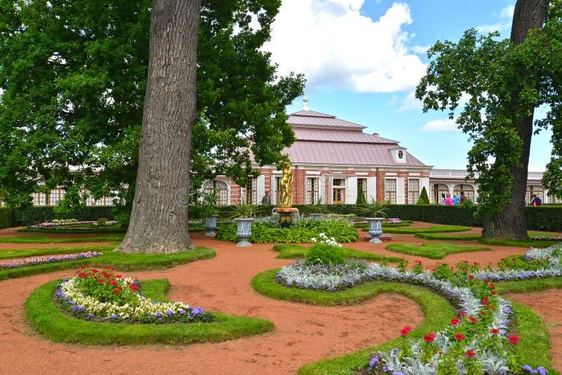 peterhof俄国 Monplezirsky庭院和宫殿Monplezir的看法 免版税图库摄影