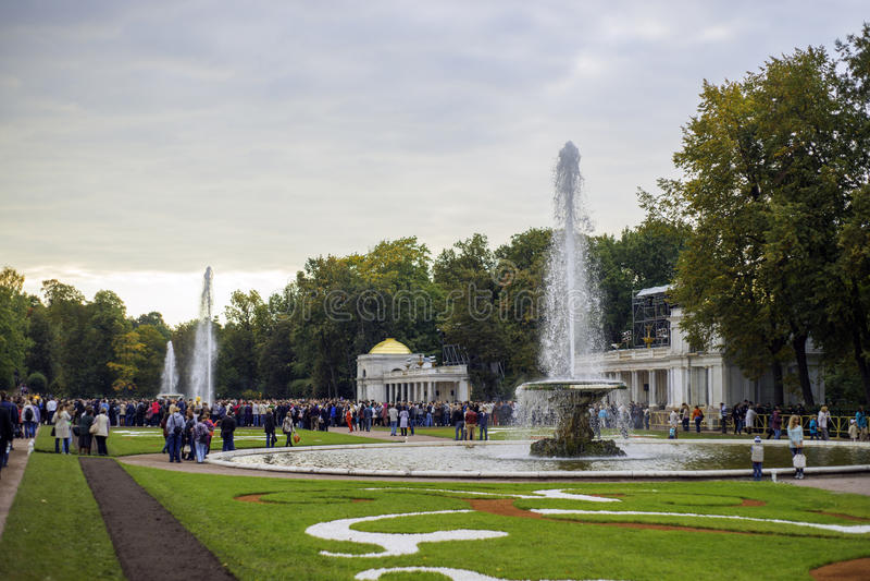 Peterhof风景的游人停放,圣彼德堡,俄罗斯 免版税图库摄影