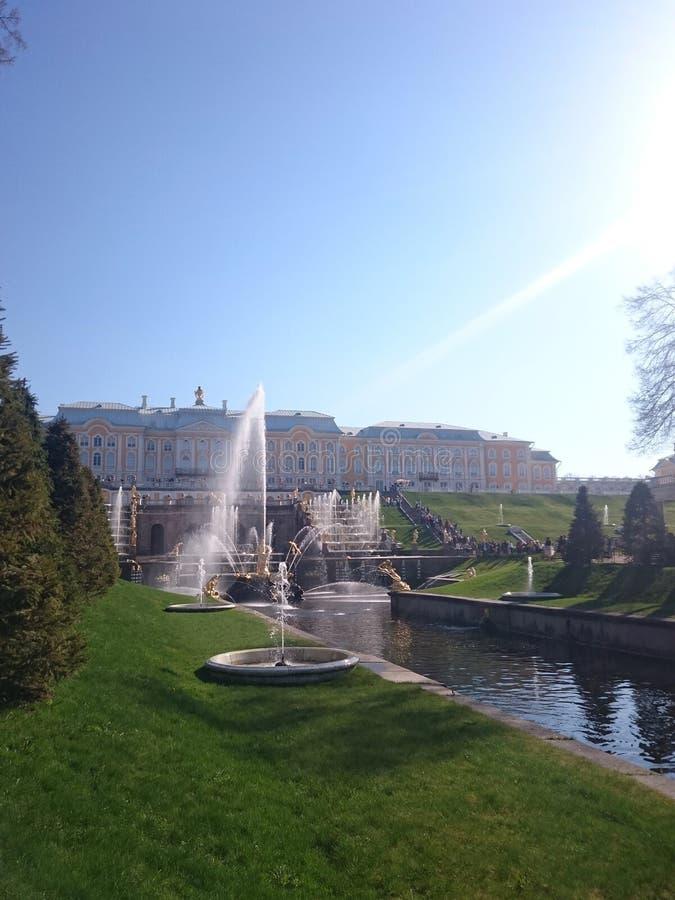 PETERHOF,俄罗斯,盛大小瀑布在Pertergof,圣彼德堡 最大的喷泉合奏 广角镜头和长的博览会 免版税库存照片