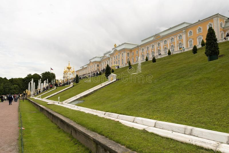 Peterhof,俄罗斯,2019年7月 曼谷大皇宫和露台的喷泉的侧视图 免版税库存照片