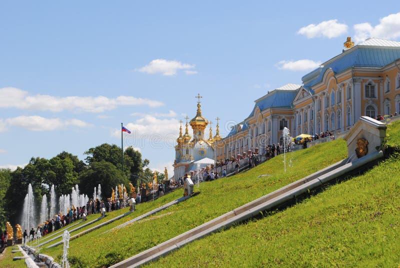 PETERHOF,俄罗斯- 2011年7月01日:盛大小瀑布在Pertergof,圣彼德堡 喷泉合奏i 60多水 库存图片
