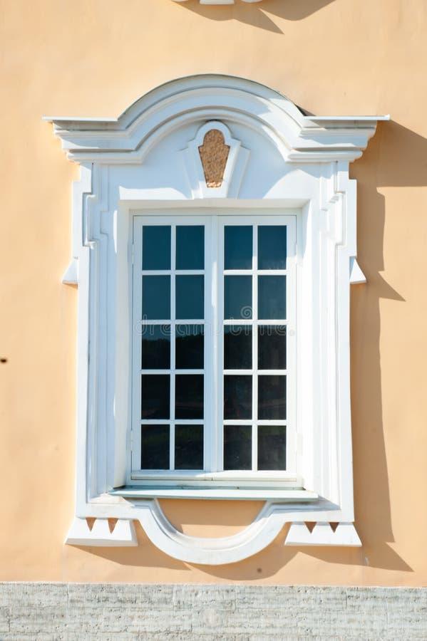 Peterhof, ŚWIĄTOBLIWY PETERSBURG ROSJA, CZERWIEC, - 06, 2019: Czerep fasada budynek w stylu baroku, fotografia stock