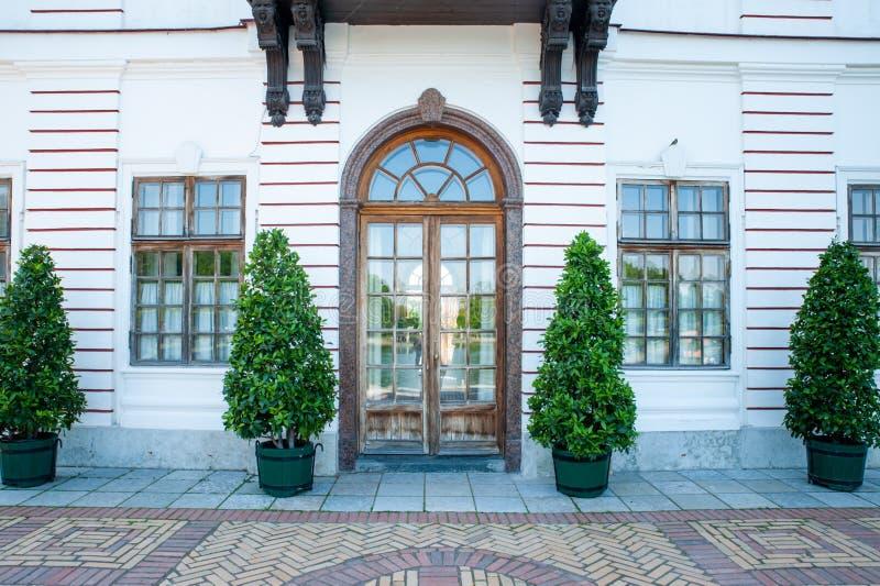 Peterhof, ŚWIĄTOBLIWY PETERSBURG ROSJA, CZERWIEC, - 06, 2019: Czerep fasada budynek w stylu baroku, fotografia royalty free