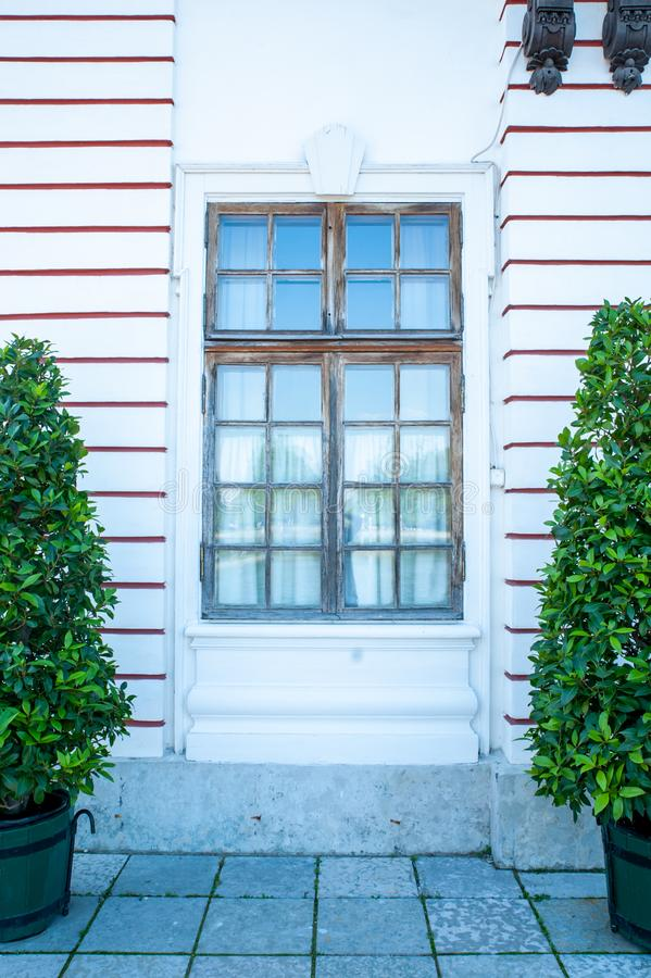 Peterhof, ŚWIĄTOBLIWY PETERSBURG ROSJA, CZERWIEC, - 06, 2019: Czerep fasada budynek w stylu Rosyjskiego baroku, fotografia stock