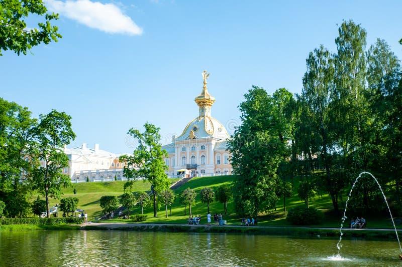 Peterhof, ŚWIĄTOBLIWY PETERSBURG, ROSJA CZERWIEC 06, 2019: sceniczny widok na Uroczystym pałac w Peterhof obrazy royalty free