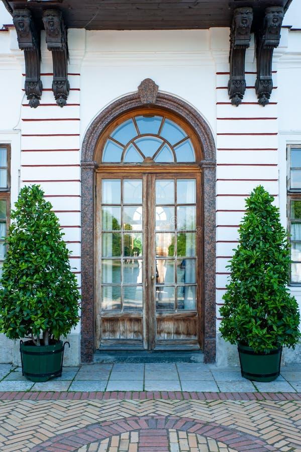 PETERHOF, ΆΓΙΟΣ-ΠΕΤΡΟΥΠΟΛΗ, ΡΩΣΙΑ, ΣΤΙΣ 6 ΙΟΥΝΊΟΥ 2019: Marly παλάτι στοκ εικόνα με δικαίωμα ελεύθερης χρήσης