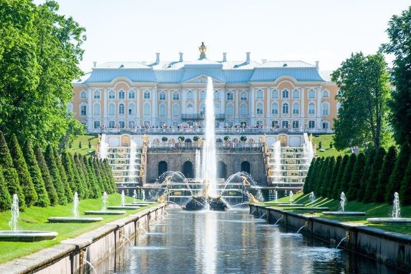 Peterhof, ΑΓΊΑ ΠΕΤΡΟΎΠΟΛΗ, ΡΩΣΙΑ - 6 ΙΟΥΝΊΟΥ 2019: Μεγάλο παλάτι και οι μεγάλες πηγές καταρρακτών σε Petergof Κανάλι θάλασσας στοκ εικόνες