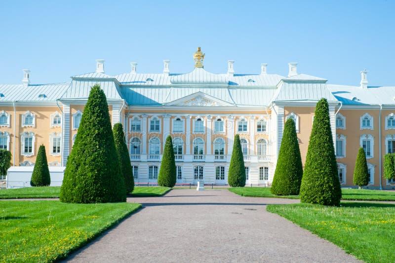 Peterhof, ΑΓΙΟΣ ΠΕΤΡΟΥΠΟΛΗ, ΡΩΣΙΑ - 6 ΙΟΥΝΊΟΥ 2019: Μεγάλο παλάτι Peterhof στον ανώτερο κήπο Peterhof, στοκ φωτογραφίες με δικαίωμα ελεύθερης χρήσης