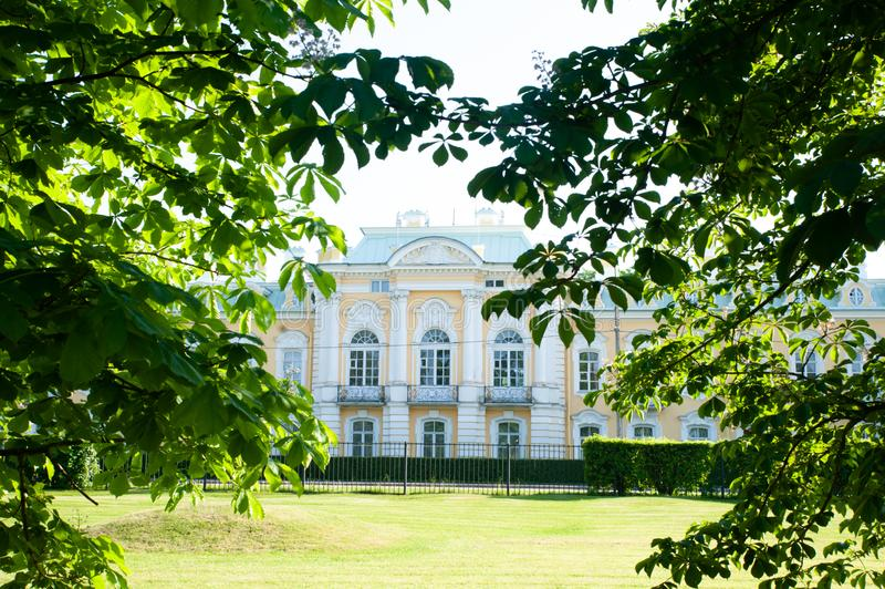 Peterhof, ΑΓΙΟΣ ΠΕΤΡΟΥΠΟΛΗ, ΡΩΣΙΑ - 6 ΙΟΥΝΊΟΥ 2019: Τεμάχιο της πρόσοψης του κτηρίου στο ύφος ρωσικού μπαρόκ, στοκ εικόνες