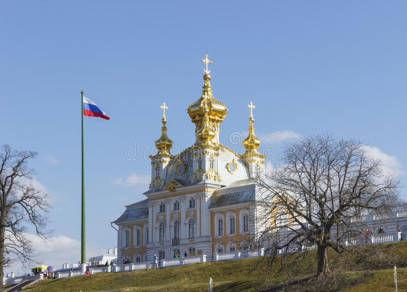 Peterhof παλατιών χαμηλότερες πηγές καταρρακτών πάρκων μεγάλες Το παλάτι Peterhof που περιλαμβάνεται στον κατάλογο παγκόσμιων κλη στοκ εικόνα